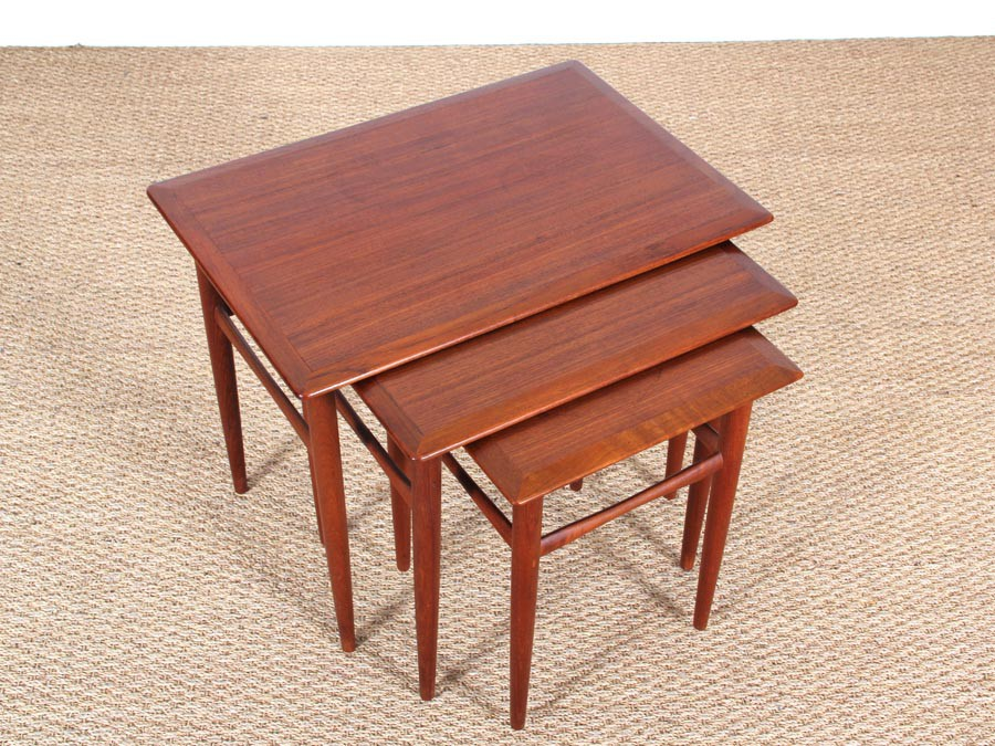 Danish mid century modern nesting tables in teak Galerie  : danish mid century modern nesting tables in teak from www.galerie-mobler.com size 900 x 675 jpeg 198kB