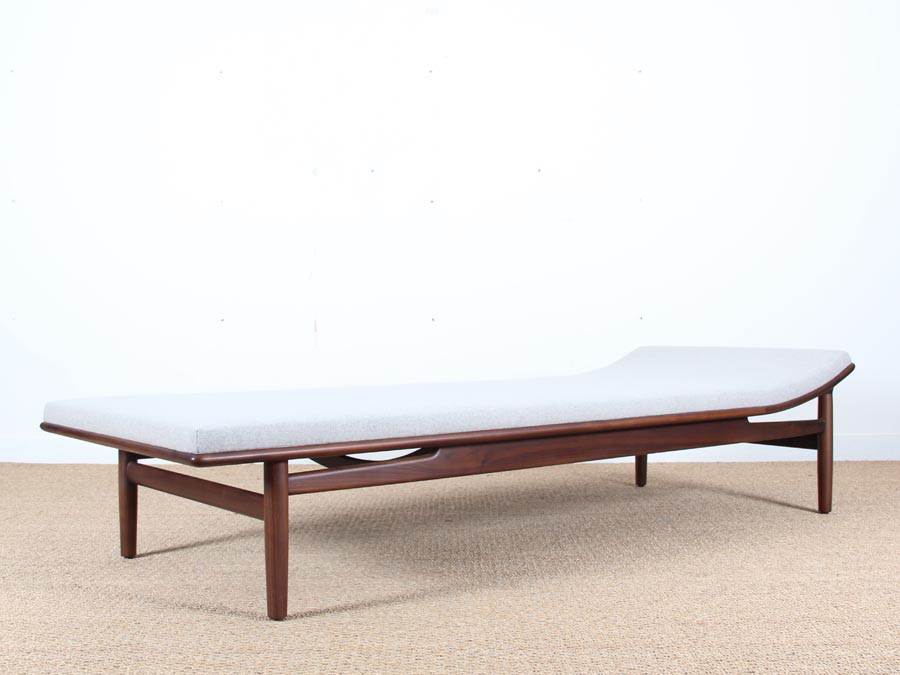mid modern danish daybed model 311 in walnut by kurt ostergvig galerie m bler. Black Bedroom Furniture Sets. Home Design Ideas