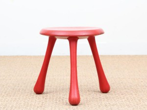 Tabouret scandinave tripode rouge.
