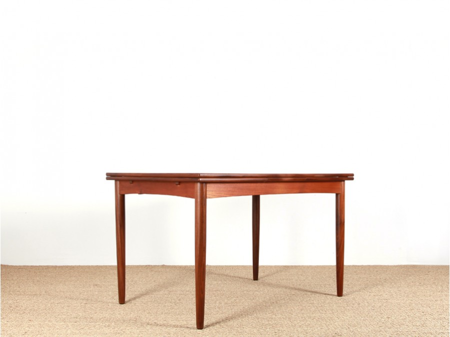 Table a manger en teck maison design for Table scandinave en teck
