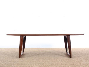 Mid-Century  modern large  coffe table in Rio rosewood with sledge legs.